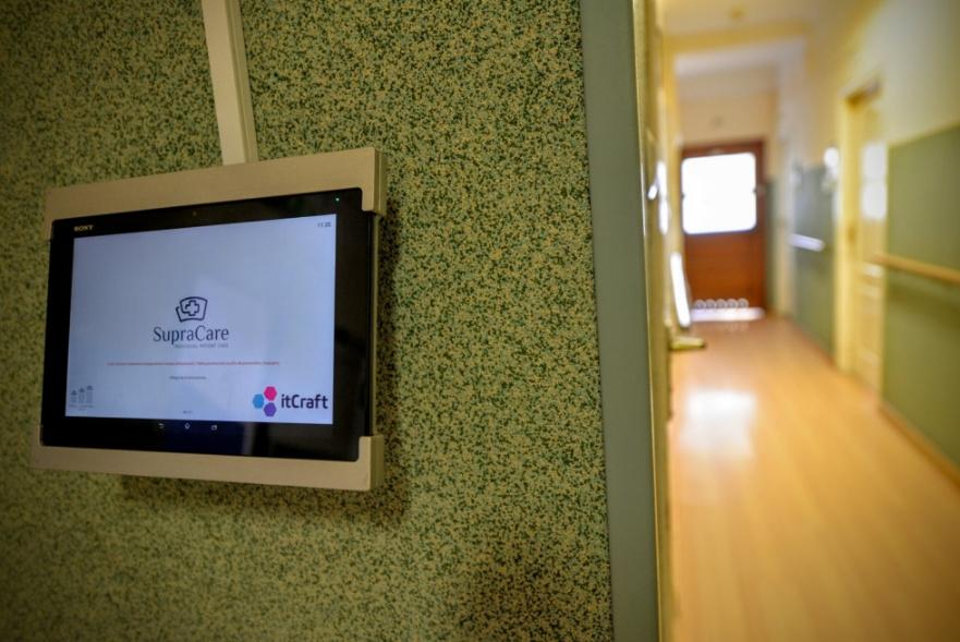 Nowoczesne technologie w opiece nad seniorami. Fot. R. Motyl – aplikacja tabletowa SupraCare
